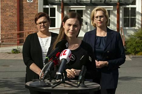 Pääministeri Sanna Marin (keskellä) puolusti hallituksen elinkeinopolitiikkaa Kaipolassa järjestetyssä tilaisuudessa. Mukana infossa olivat Jämsän kaupunginjohtaja Hanna Helaste (vasemmalla) ja työministeri Tuula Haatainen.