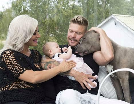 Perheen arki keskittyy kotiin, jossa huolehditaan ystävien ja perheenjäsenten auttamana pikkuvauvasta.