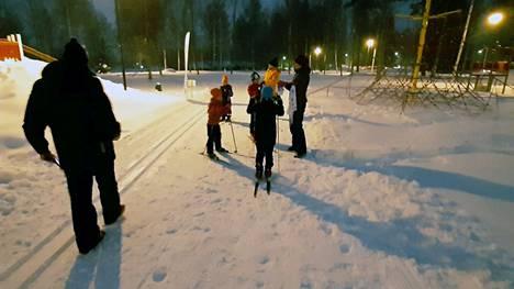 Erja Sorri toi Ketvelniemen stadionille omat lapsensa Matinpäivähiihtoihin. Matti Peltola (vas.) toimi ajanottajana.