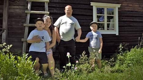 Jenna, Tero, Emil ja Joel Oksanen poikkesivat sunnuntaina Sääksmäen kotiseutumuseon perinnepäivillä. Oksaset ovat käyneet tapahtumassa useampana vuonna. Jenna Oksasta kiinnostaa erityisesti museo ja alueen historia.