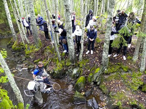 Roukon koulun seitsemäsluokkalaiset osallistuivat koekalastukseen osana koulun ympäristökasvatusta.