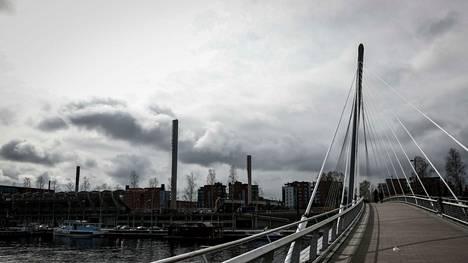 Perjantaina 7. toukokuuta Tampereen Ratinan yllä roikkui tummia pilviä. Meteorologin mukaan sää tulee olemaan synkkä myös tulevana äitienpäivänä.