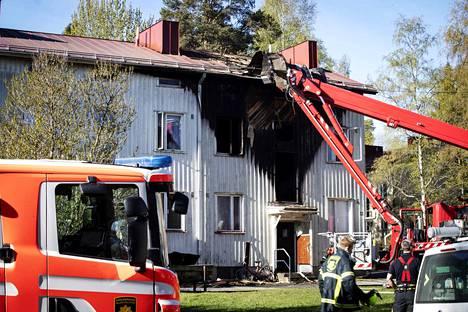 Kaksikerroksisen asuinkerrostalon D-rappu paloi pahoin. Rapussa on 4 asuntoa. Ylemmistä kerroksista vietiin kaksi henkilöä sairaalaan ja asunnossa ollut koira toimitettiin hoitoon.