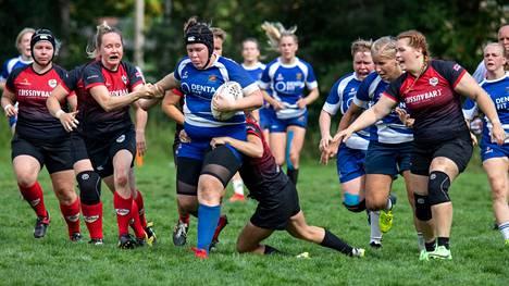 Punamustapaitainen Tampere Rugby Club kohtaa naisten loppuottelussa sinipaitaisen Helsinki Rugby Clubin. Kuva joukkueiden aiemmasta ottelusta tältä kaudelta.
