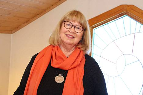 Kirjailija Hannele Huovi juhlii tulevaa itsenäisyyspäivää presidentinlinnan vastaanotolla.