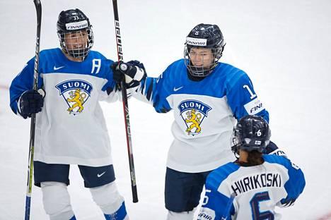 Suomen toisen maalin tehnyt Minnamari Tuominen (keskellä) sai onnittelut Michelle Karviselta (vas) ja Jenni Hiirikoskelta.