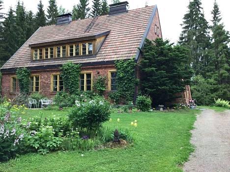 Janakkalan maalaisidylli on kiinnittänyt suomalaisten huomion. Pihapiiri tuo mieleen englantilaisen maaseutumiljöön.