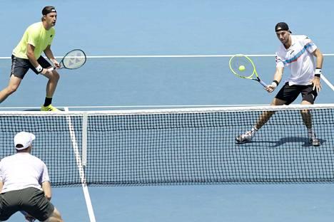 Henri Kontinen (vas.) ja Jan-Lennard Struff putosivat niukasti jatkosta Rooman Masters-turnauksessa. Kuva Melbournen alkuvuoden turnauksesta.