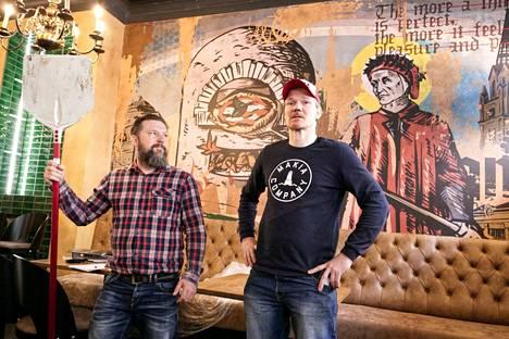 Jaro Lundgren ja Harri Vilkuna ovat suunnitelleet yhteistä pizzapaikkaa jo pitkään. Tulevaisuudessa tavoitteena on, että paikka on avoinna lounasajasta yömyöhälle. Taustan seinätaide on Pasi Juholan käsialaa.