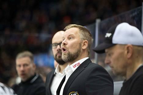 Joutuuko Kärppien valmentaja Mikko Manner puhaltelemaan pelin jälkeen Helsingissä?