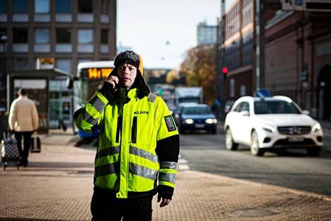 Location manager Klaus Klemolalla pitää tänä vuonna Tampereella erityisen paljon kiirettä. Järjestäjä etsii parhaillaankin kuvauspaikkoja kansainväliseen trilleriin.