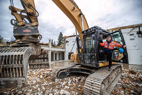 Jarmo Hämäläinen poimii kaivurinsa isolla kouralla lajiteltavia rakennuksen osia tarkasti kuin pinseteillä ikään. Ammattitaito on karttunut vuosien työskentelyn myötä.