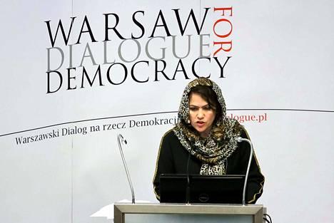 Fawzia Koofi osallistui Varsovassa pidetyn Demokratiadialogin paneeliin lokakuussa 2015 maansa parlamentin varapuheenjohtajana. Nyt hän on perustanut oman puolueen, koska häntä estettiin osallistumasta vaaleihin.