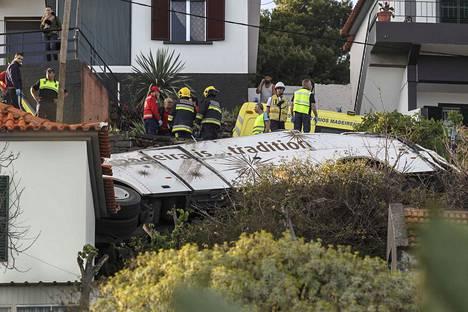 Bussi suistui tieltä ja törmäsi taloon. Onnettomuusbussi oli vain viiden vuoden ikäinen.