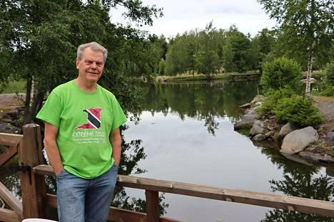 Seppo Wikström kotirannassaan Pitkäkarissa, jossa runoilijalle riittää materiaalia.