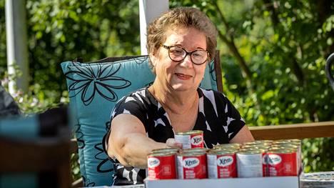 Anneli Kivistö ostaa kerran viikossa lavallisen kissanruokaa siilien syötäväksi. Päivässä kuluu nimittäin viisi purkkia.