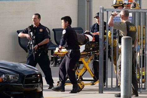 Yhdysvaltojen Kaliforniassa sattui varhain paikallista aikaa torstaiaamuna ampuminen koulualueella. Kuvassa ampumisessa haavoittunutta uhria kuljetetaan sairaalahoitoon.
