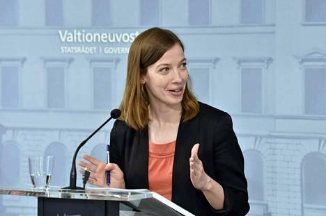Opetusministeri Li Andersson kertoi tiistaina kouluille koronavirusepidemian vuoksi asetettujen rajoitusten purusta. Peruskouluissa palataan lähiopetukseen torstaina.