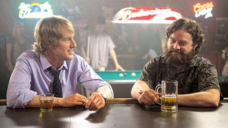 Are You Here -komediassa lapsuudenystävät (Owen Wilson ja Zach Galifianakis) lähtevät automatkalle vanhaan kotikaupunkiinsa, kun toinen kaveruksista saa kuulla isänsä kuolleen.
