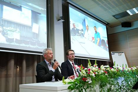 THL:n ylilääkäri Taneli Puumalainen (vas.) ja terveysturvallisuusosaston johtaja Mika Salminen tiedottivat ensimmäisestä koronaviruspotilaasta Suomessa 29. tammikuussa 2020.