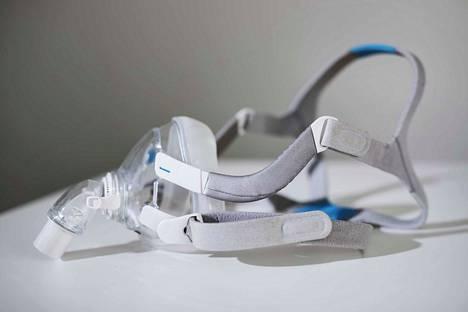 Kasvoille nukkumisen ajaksi laitettava maski pitää uniapneaa sairastavan ilmatiet avoimena.