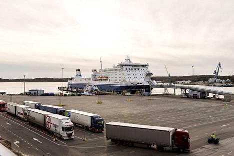 Postin työntekijöitä tukevat lakot laajenivat torstaina laivaliikenteeseen. Rekkoja ei enää oteta autolauttojen ja ropax-alusten kyytiin.