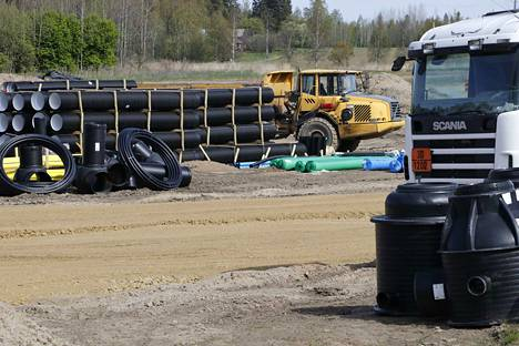 Roholan asuinalueen kunnallistekniikan rakentaminen on osoittautunut oletettua hankalammaksi vaativan maaperän takia.
