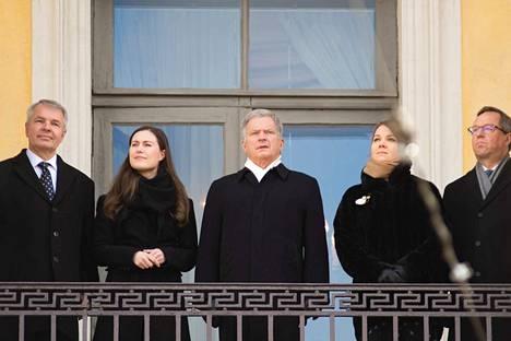 Tasavallan presidentti ja hallitus kuuntelivat Helsingin tuomiokirkon kellojen soittoa Valtionneuvoston linnan parvekkeelta perjantaina talvisodan päättymisen 80-vuotispäivänä. Presidentti ja hallitus olivat koolla myös presidentin esittelyn vuoksi.