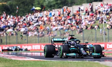 Lewis Hamilton saavuttaa vähitellen kärkeä ja noussut jo viidenneksi.