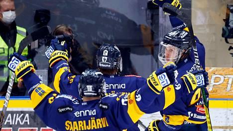 Aleksi Saarela (oikealla) lisäsi Lukon johdon kahteen maaliin.