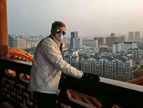 Valtteri Nättiaho vieraili tiistaina Wuhanin Yellow Crane -tornissa. Hän suojautui kasvomaskilla, kuten kaikki muutkin kaupungissa liikkuvat.