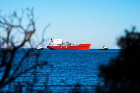 Satama oli keskeinen tekijä tuotantolaitoksen sijoituspaikan valinnassa. Kuvan alus kuljetti maakaasua Tahkoluotoon.