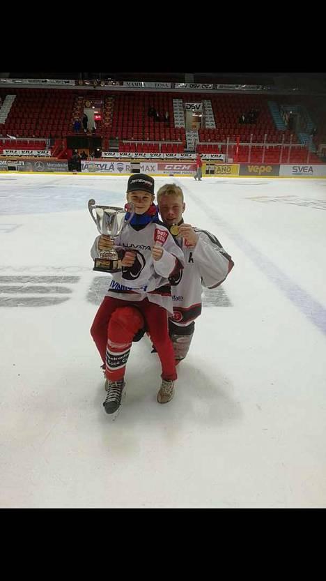 Sastamalalainen Santeri Määttä juhli Suomen mestaruutta Porin Ässien B2-jääkiekkojoukkueessa. Mukana juhlahumussa oli myös veli Saku Määttä, joka pääsi nostamaan voittopokaalia.