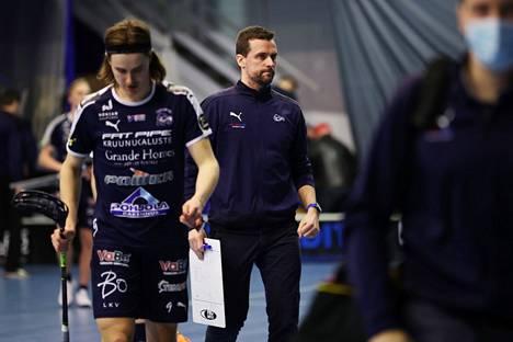 Nokia KrP:n valmentaja Jarmo Härmä (kuvassa keskellä) aloittaa viidettä kautta joukkueensa kanssa.