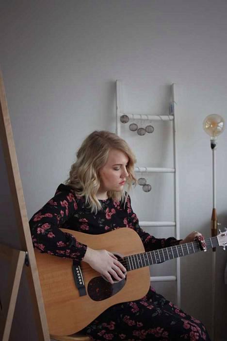 Juliannakristiina todistaa omilla lauluillaan toivosta ja Jumalasta.