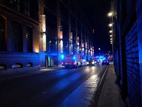 Satakunnankadulla oli torstai-iltana useita pelastuslaitoksen yksiköitä tulipalon varalta.