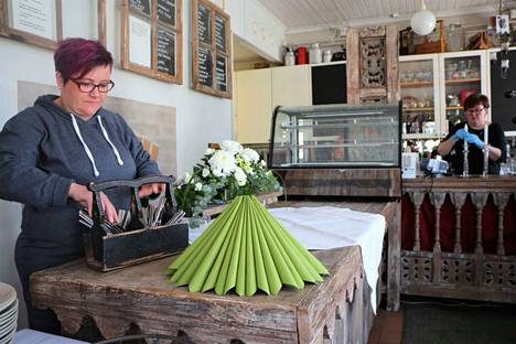 Yrittäjä Elina Kivikoski tietää, että verkostoituminen paikallisten yrittäjien kanssa on tärkeää. Kahvila-konditoriassa tärkeänä apulaisena hänellä on Kirsi Västilä ja ensi viikolla avattavassa jäätelökioskissa useita nuoria.