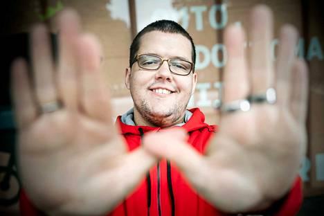 Porilainen ToniSami eli Toni Koivisto esittää Korttelifestareilla improvisoitua räppiä suoraan omasta päästään yleisön antamista aiheista. ToniSamin W-käsimerkki symboloi suvaitsevaisuutta.