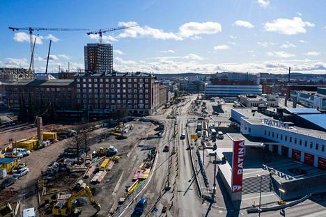 Hatanpään valtatie on myllätty ratikkatöiden takia. Kuva on otettu 19. maaliskuuta 2020.
