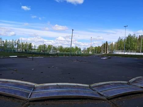 Hopun niin sanottu alakaukalo sijaitsee tenniskenttien, pääkaukalon ja tekonurmikentän välissä.