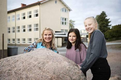 Terveydenhoitaja Mirja Isoviita ilahtui siitä, että Ella Sofia Granholm ja Saimi Räisänen harjaavat hampaansa vähintään kaksi kertaa päivässä. Maakunnan pojista näin tekee 55,3 prosenttia, tytöistä 71,2 prosenttia.