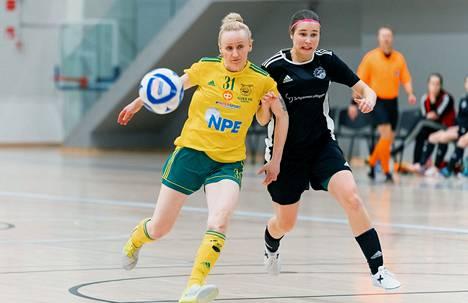 Jonna Kykkäsen (oik.) ACE lähetti Tanja Owensin tupsukorvat lomille kahden tiukan taiston päätteeksi voittolukemin 2–1 ja 7–6.