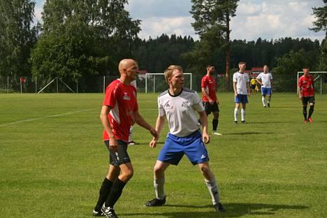 Heinäkuussa Tervakosken Pato ja Janakkalan Pallo kohtasivat paikallisottelussa Tervakosken urheilukentällä. Kuvassa Padon Timo Kupiainen ja JanPan Tommi Lintilä. –He muodostivat viihdyttävän taisteluparin, kun kumpikaan ei koskaan anna periksi, kuvaaja ja JanPan joukkueenjohtaja Riku Laine kertoo.