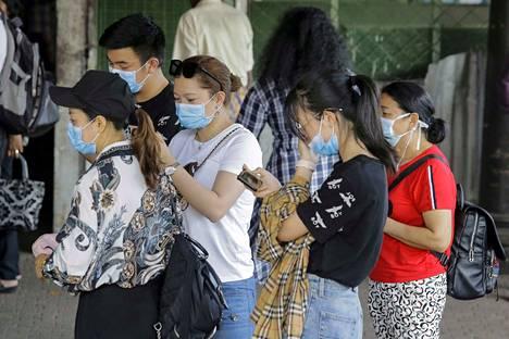 Kaiken kaikkiaan koronavirustartuntoja on manner-Kiinassa yli 24 300.