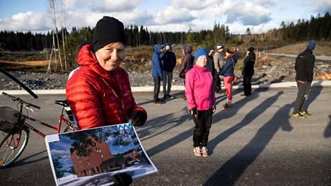 Lamminrahkan projektipäällikkö Sanna Karppinen esitteli sunnuntaina kiinnostuneille, miltä Lamminrahkassa tulee näyttämään. Tiet alkavat jo olla monin paikoin Lamminrahkassa valmiina.