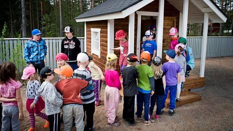Flunssakausi näkyy päiväkodeissa. Päiväkoti Onnimannin leikkimökissä oli yleisöryntäys vuonna 2013. Leikkimökin teki kaksi Viljakkalan koulun 8.-9. luokan oppilasta.