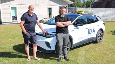 Yrittäjä Matti Ehonen ja kuski Kari Rajamäki pitävät sähköautoa hyvin toimivana ratkaisuna taksiyritykselle.