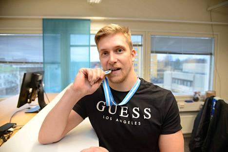 Lauri Tolvanen kävi ensimmäistä kertaa talviuinnin SM-kisoissa ja pääsi heti puraisemaan kultamitalia.