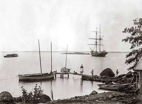 Näkymä Laitakarin satamasta 1909. Kuvassa Ester Hermonen ja lapset Elias, Antero sekä tuntemattomaksi jäänyt lapsi. Taustalla kuunari Ihana.