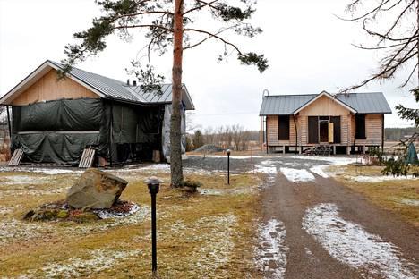 Tapio Jussilan piti muuttaa oikealla näkyvään omakotitaloon jo kolme vuotta sitten. Muuttohaaveista piti luopua, kun kävi ilmi, että hirret on kasattu väärin. Molemmat hirsirakennukset on purettava.